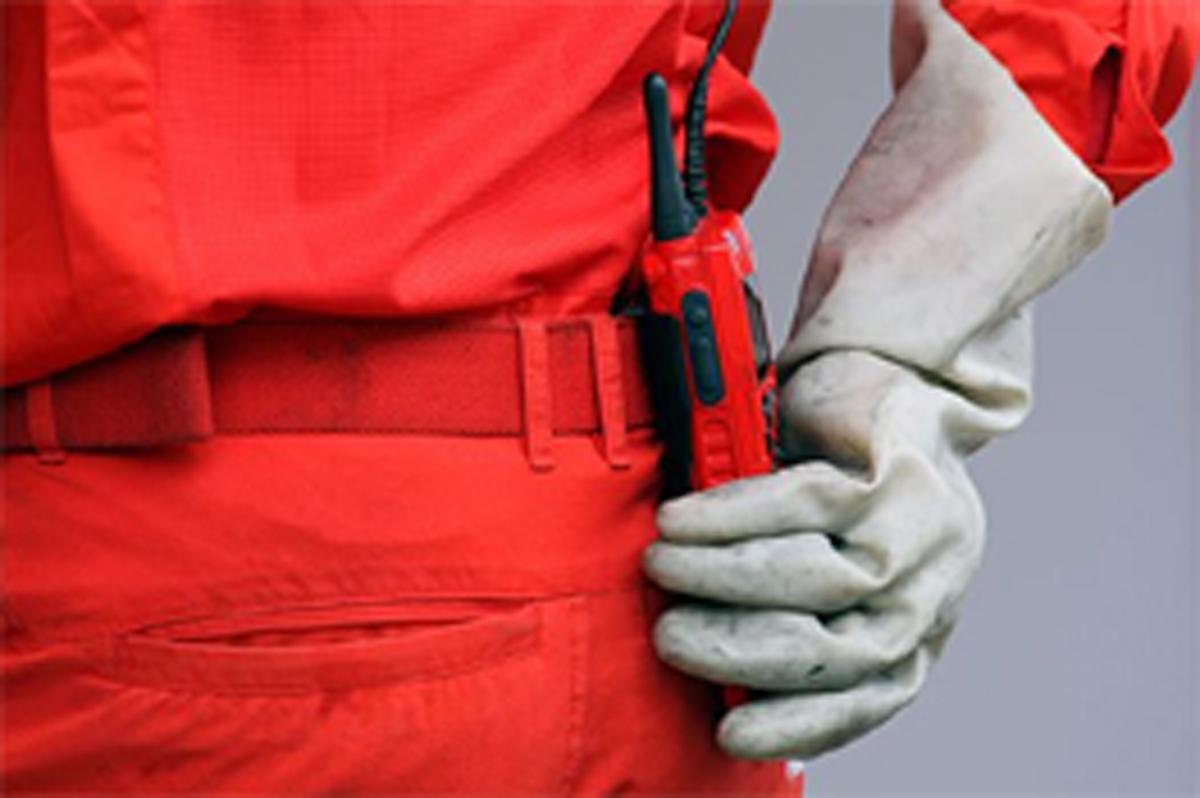ゴム手袋をはめて作業を行うフェラーリのメカニック