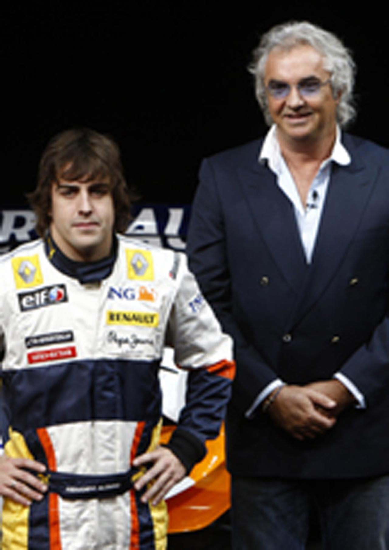 R28発表会でのフラビオ・ブリアトーレとフェルナンド・アロンソ(画像)