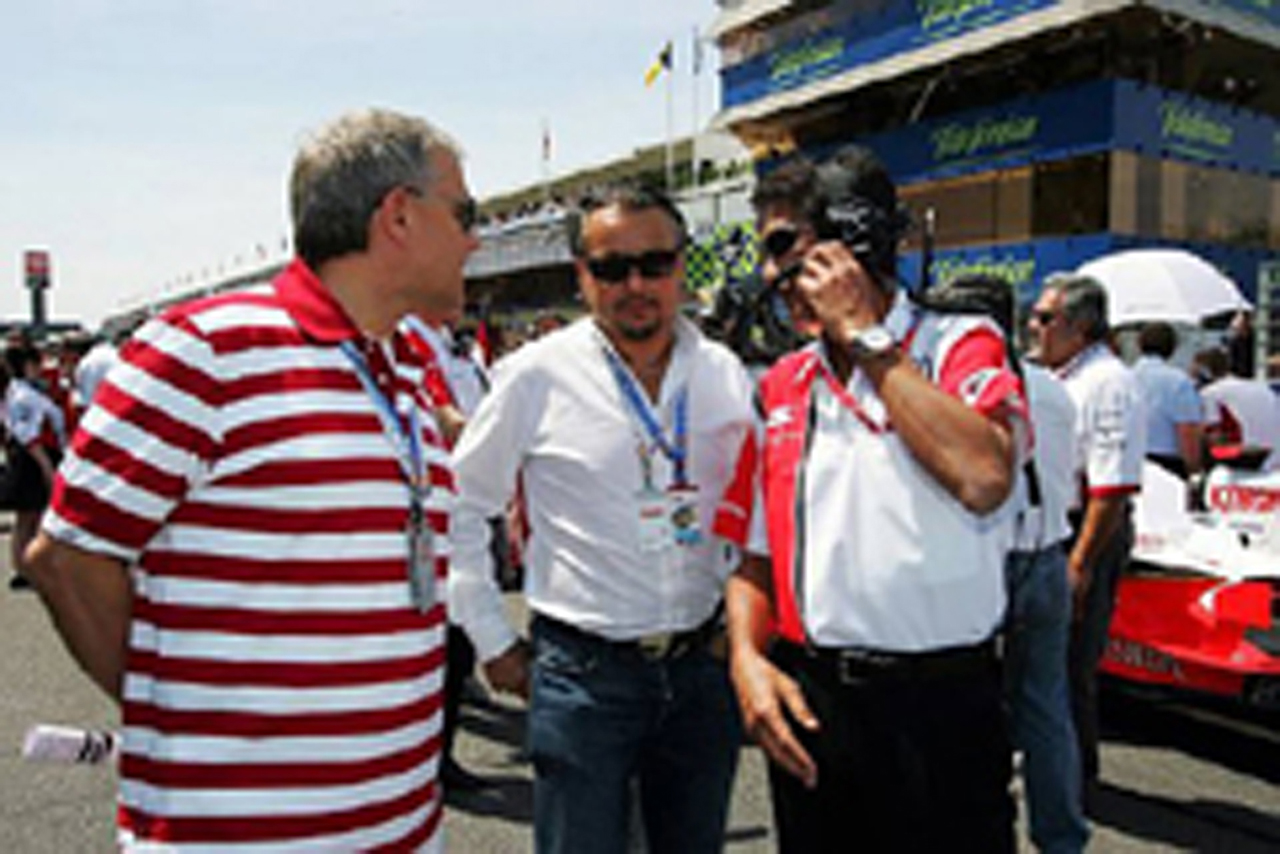 スペインGPで鈴木亜久里と話すフランツ・ヨーゼフ・ヴァイグル(写真中央)