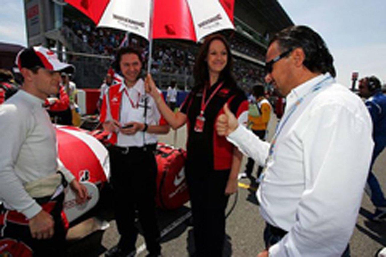 スペインGPでスーパーアグリのグリッドで談笑するフランツ・ヨーゼフ・ヴァイグル(写真右)