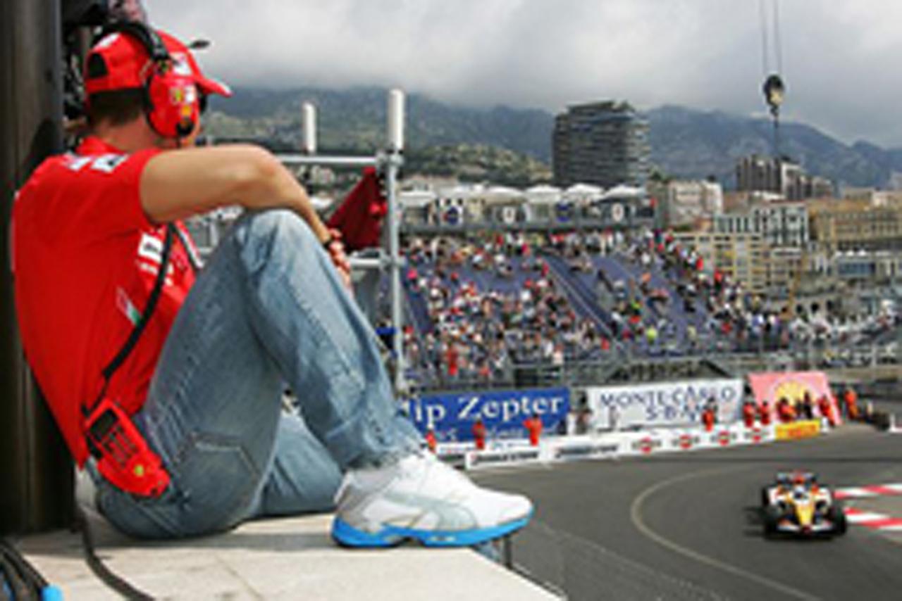 アロンソの走りを見つめるミハエル・シューマッハ(フェラーリ)
