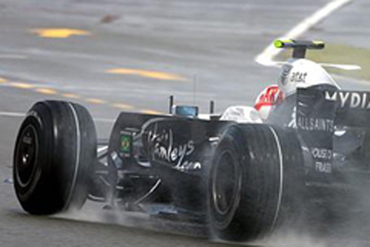 よく見ると、フロントタイヤが逆に装着されているのがわかる(中嶋一貴)