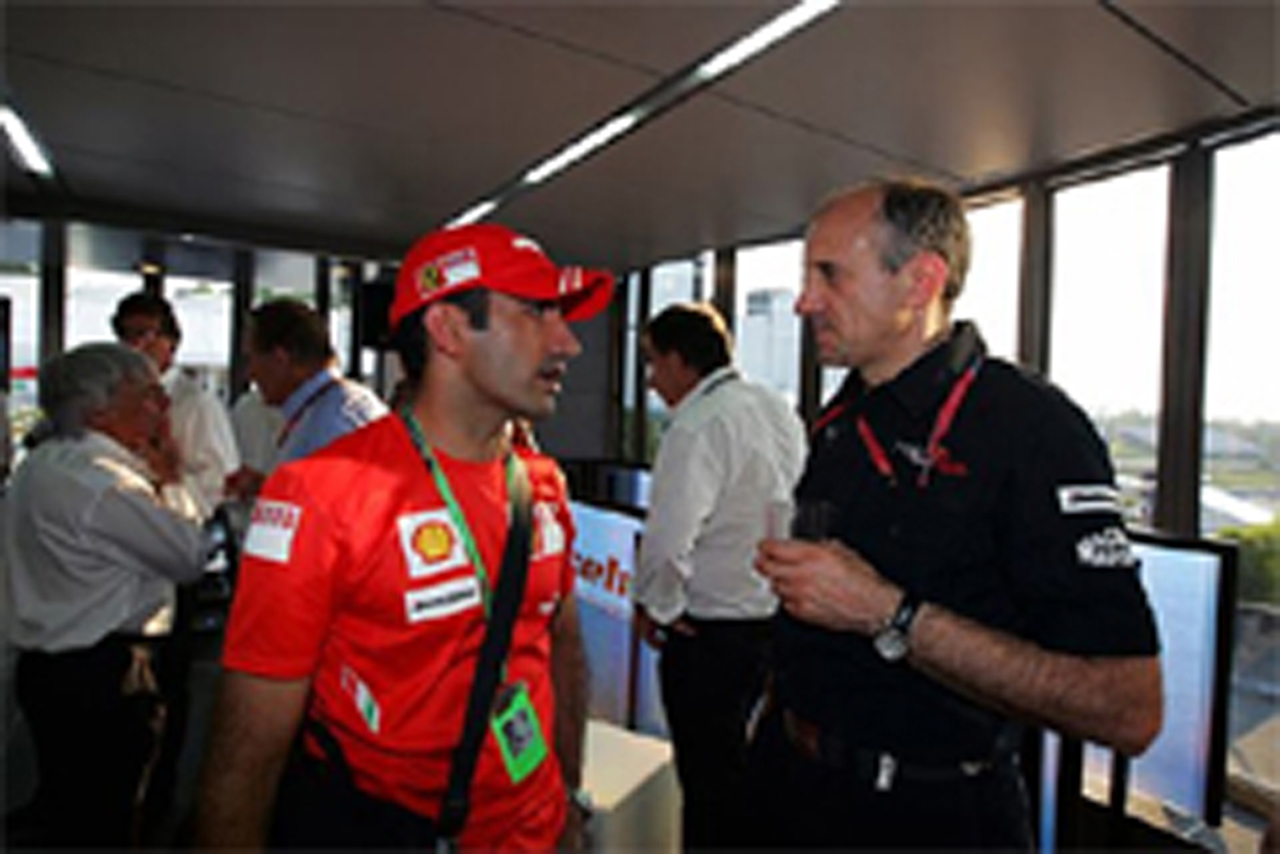 フェラーリ・テストドライバーと会話するフランツ・トスト