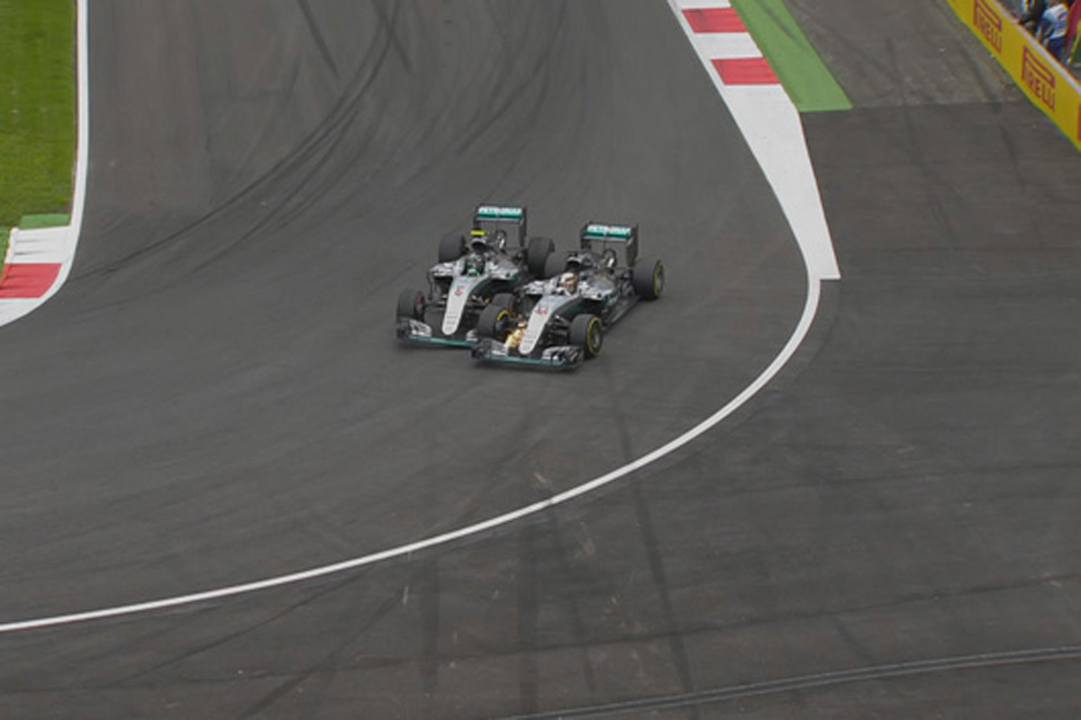 メルセデス F1 同士討ち
