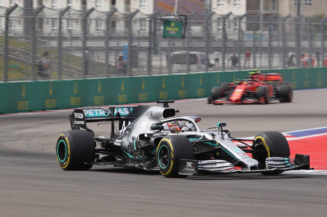 ルイス・ハミルトン 「ストレートでフェラーリに対して0.8秒失っている」 / F1ロシアGP初日