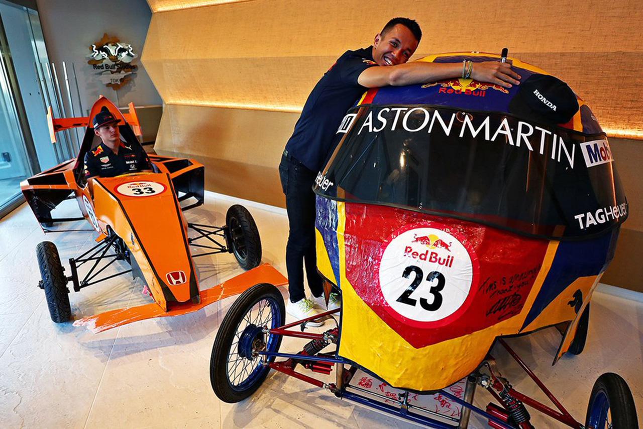フェルスタッペンとアルボン、お互いのボックスカートを批評