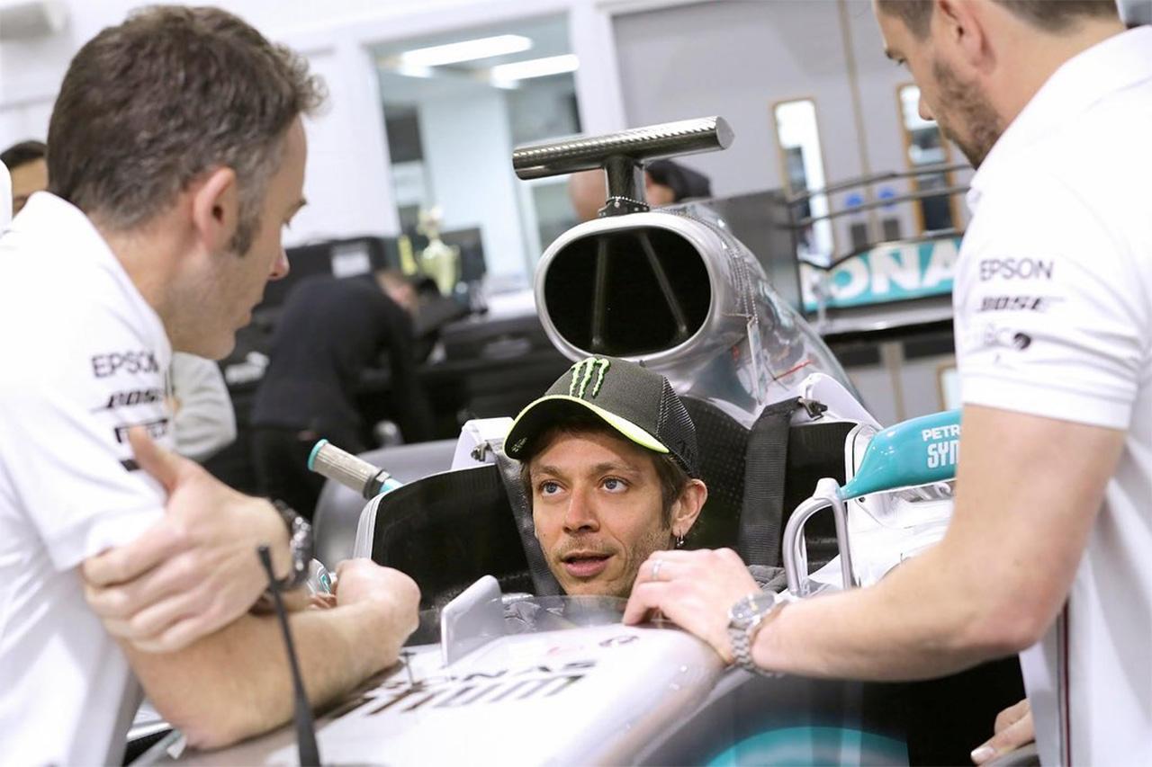 バレンティーノ・ロッシ、メルセデスのF1マシンでシート合わせを完了