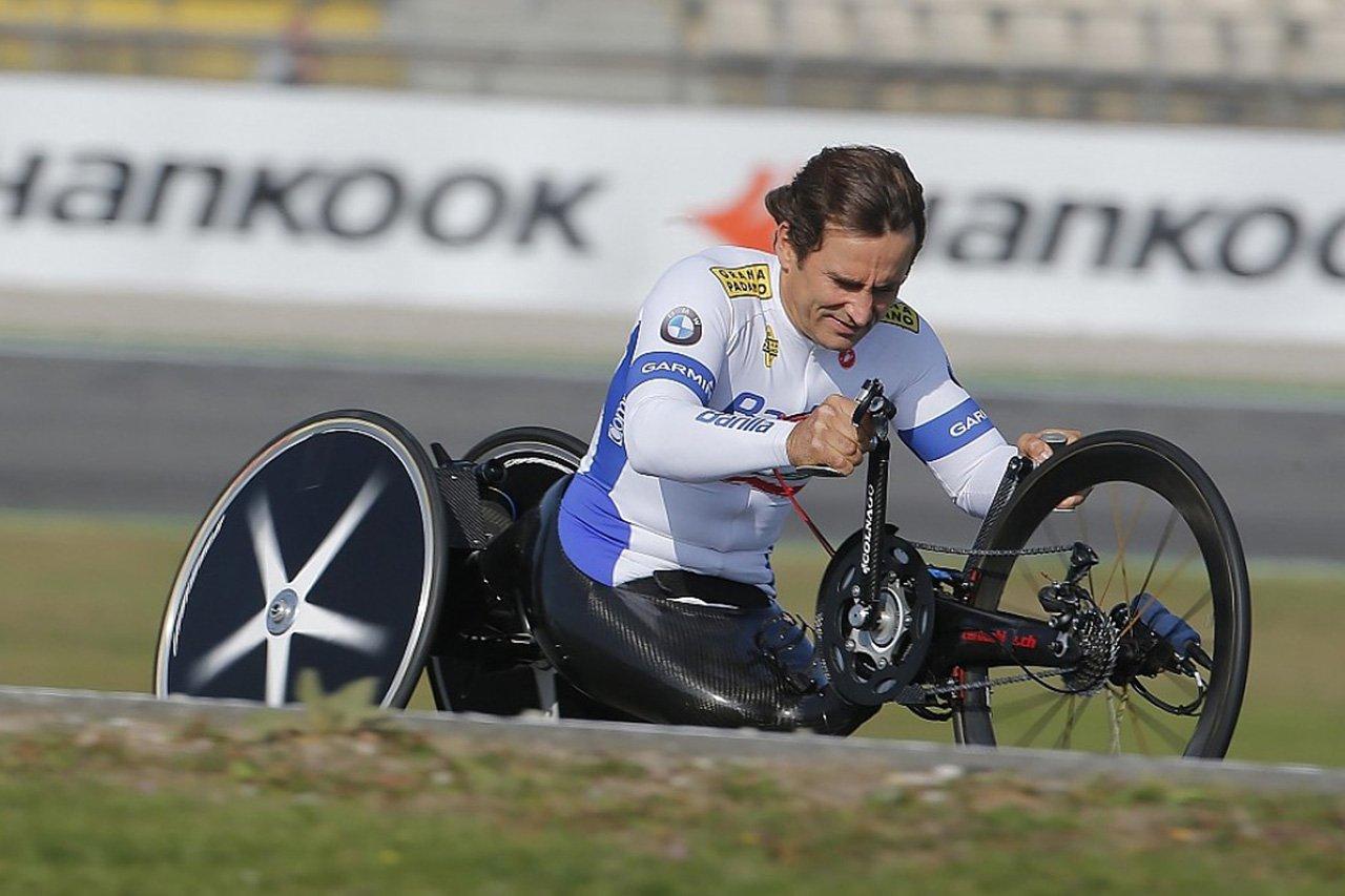 アレックス・ザナルディ、ハンドバイクレース中の大事故で頭部に重傷 / F1ニュース