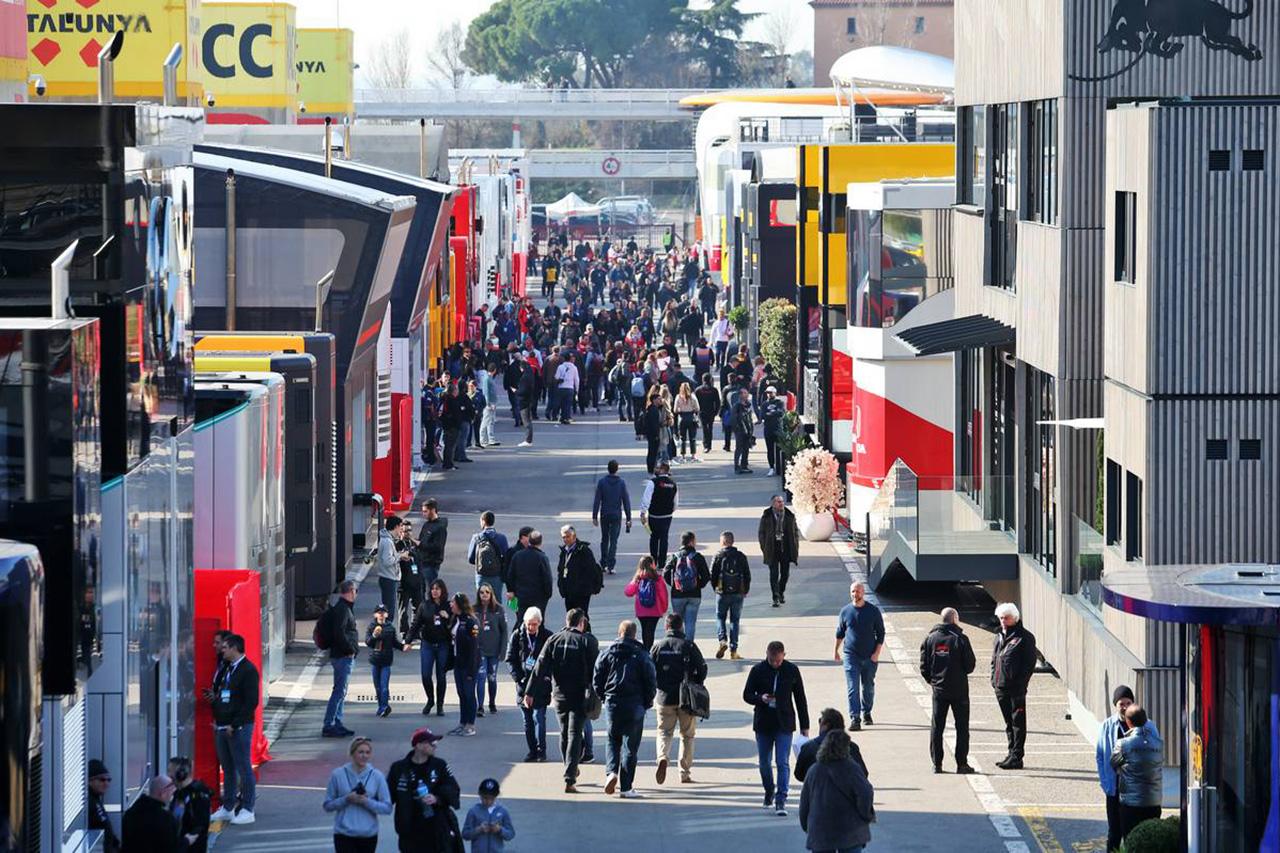 F1チーム、今季は豪華なモーターホームを廃止してテントと日よけで代用