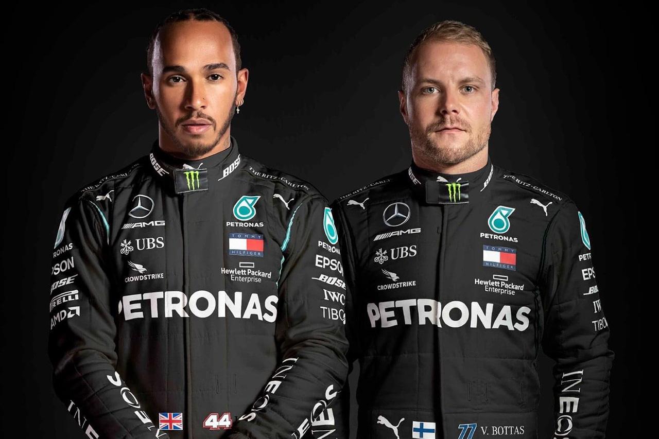 メルセデスF1、反人種差別を込めたブラックのレーシングスーツを披露