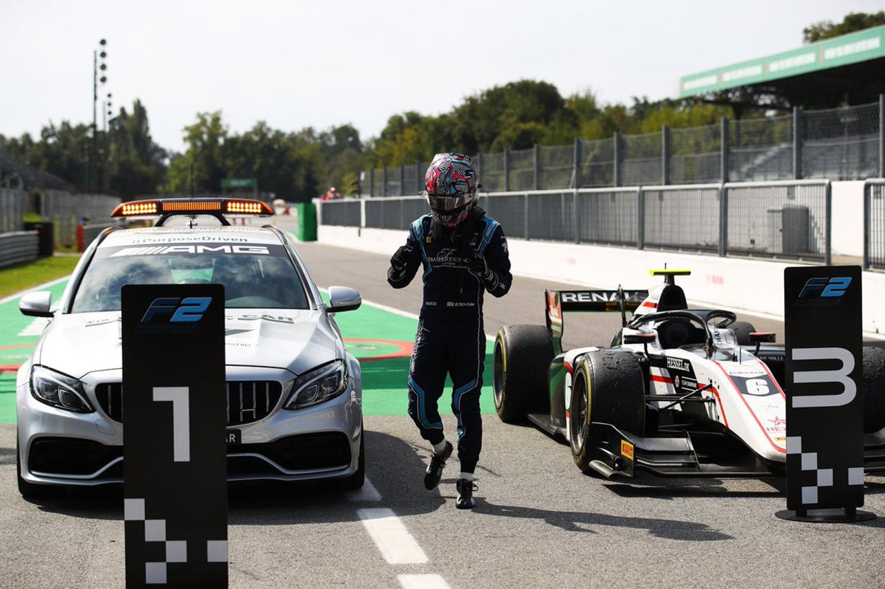 【動画】 FIA-F2で珍事:メディカルカーが1位のボードの前に並ぶ