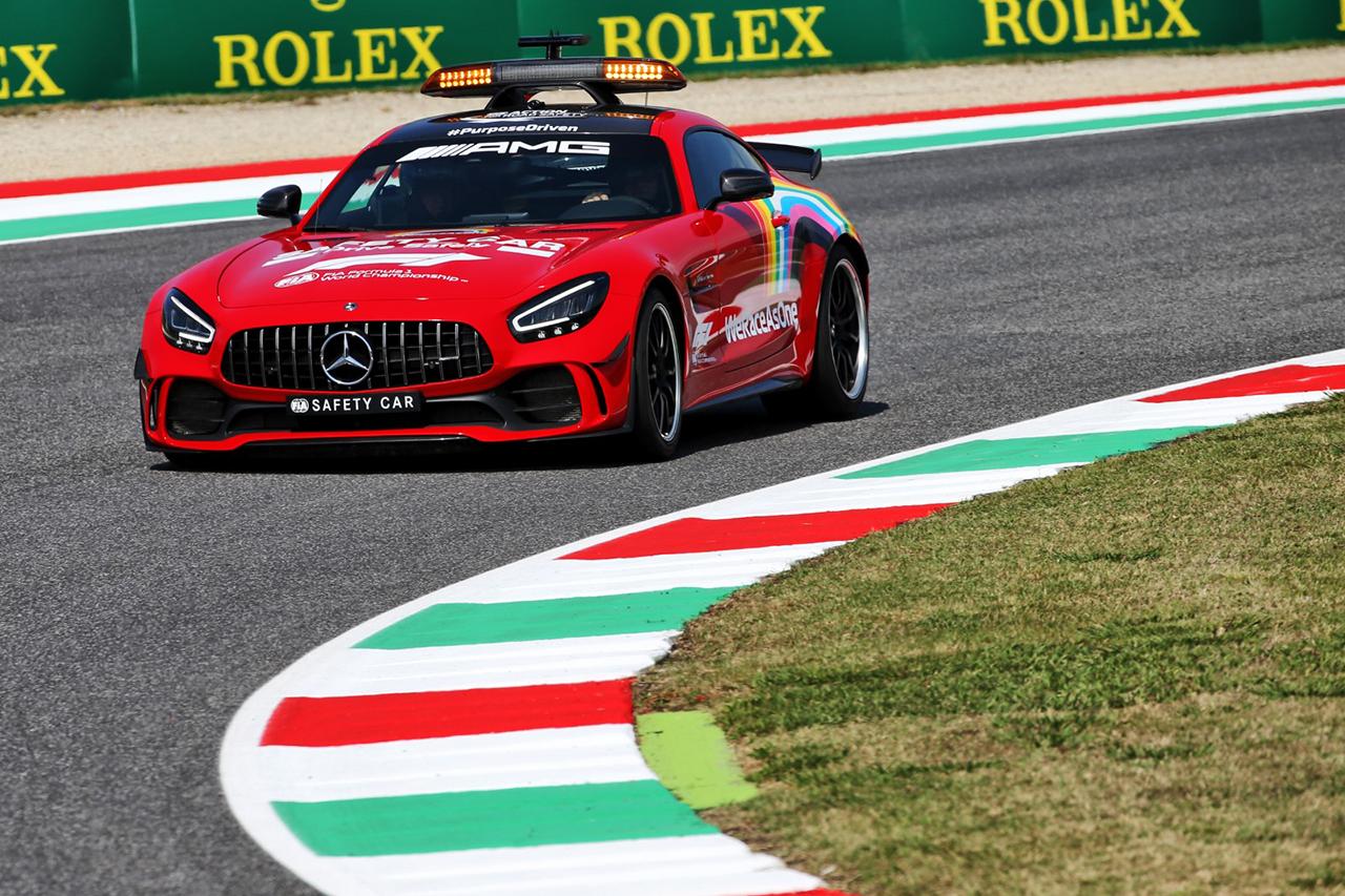 メルセデスF1、フェラーリの1000戦目を称えてセーフティカーを赤に塗装 / F1トスカーナGP