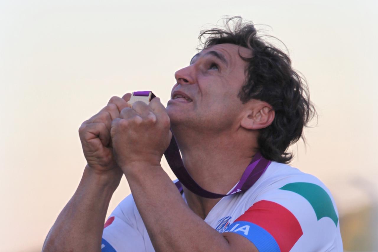 F1:アレックス・ザナルディ、視覚的および音響的刺激に反応
