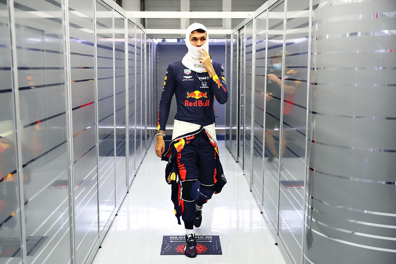 アルボン、不要なクラッシュを謝罪「ガレージのみんなに申し訳ない」 / レッドブル・ホンダ F1バーレーンGP 金曜フリー走行