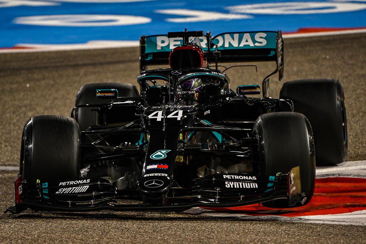 F1バーレーンGP フリー走行2回目 結果:メルセデスのハミルトンが首位。レッドブル・ホンダのフェルスタッペンが2番手に続く