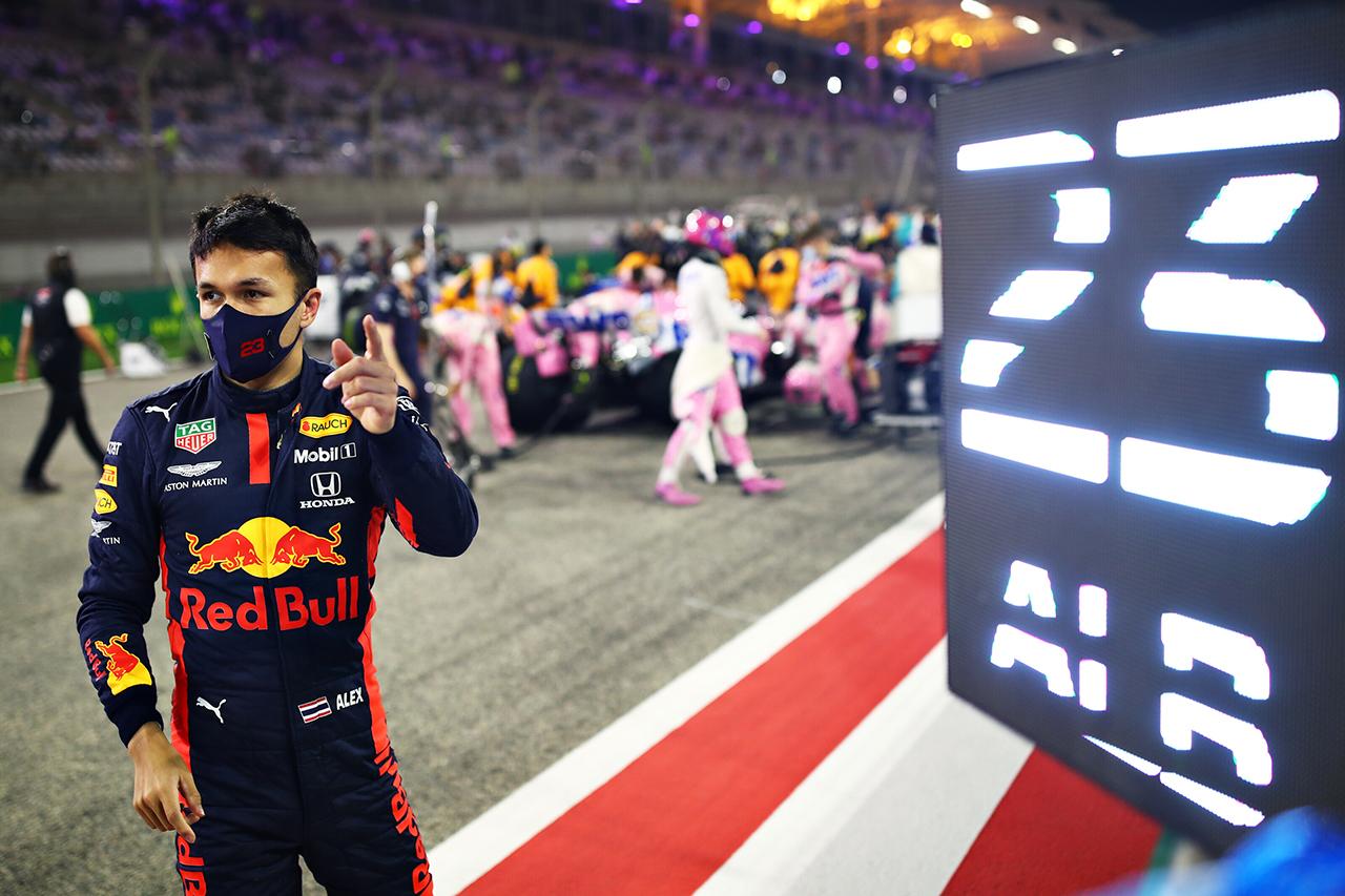 アルボン 「直線スピード不足で1コーナーに飛び込むしか手がなかった」 / レッドブル・ホンダ F1サヒールGP 決勝