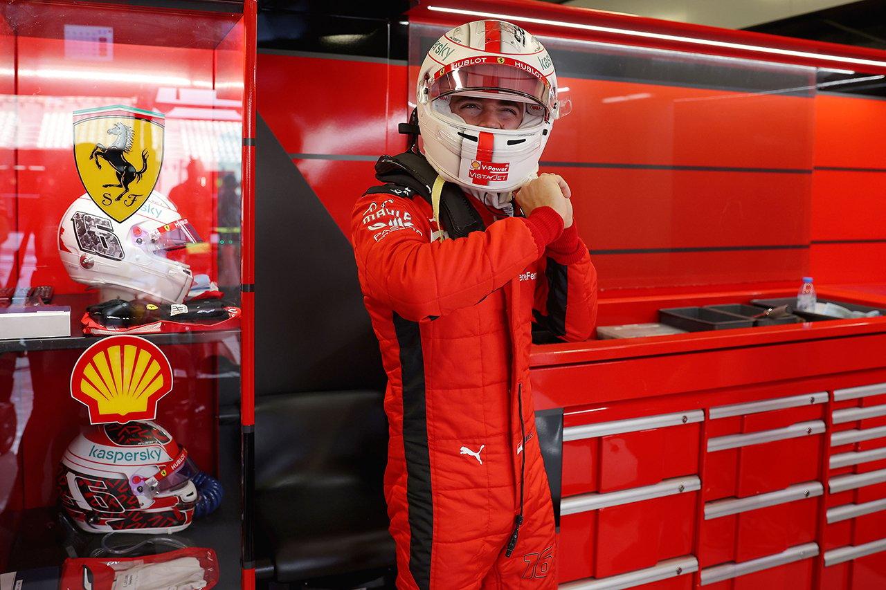 シャルル・ルクレール、ベッテルへの感謝を示したヘルメットを着用 / F1アブダビGP 金曜フリー走行