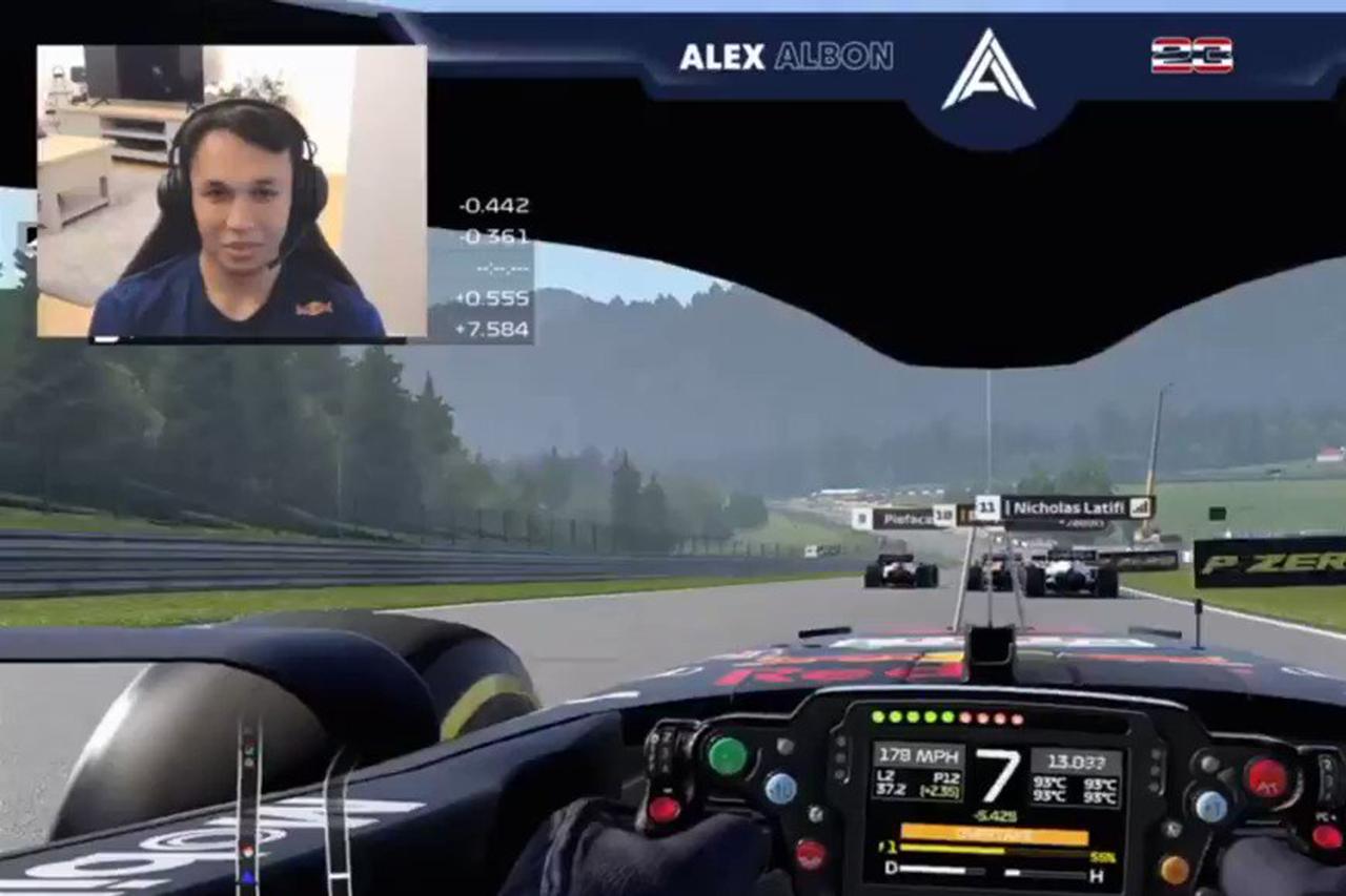 アレックス・アルボン、レッドブルF1のシート喪失に自虐「僕は暇だから」 / F1バーチャルGP