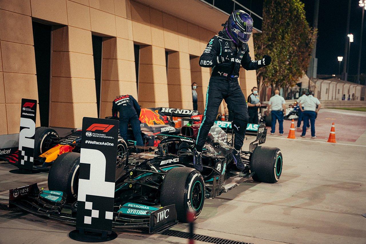 F1バーレーンGP 結果:ルイス・ハミルトン&メルセデスF1が戦略勝ち。フェルスタッペンは0.745秒届かず