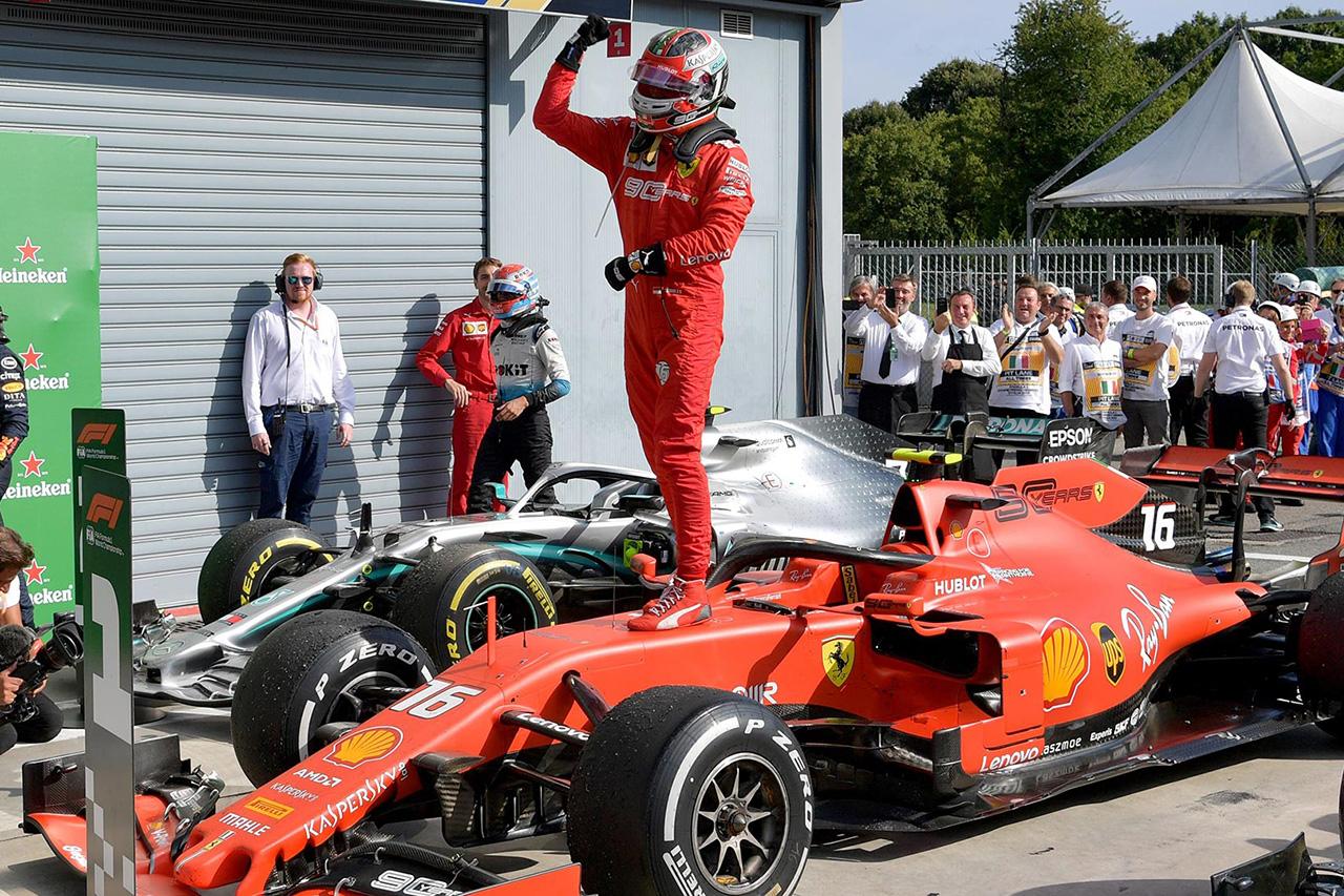 フェラーリF1、シャルル・ルクレールにF1初優勝マシン『SF90』を贈呈