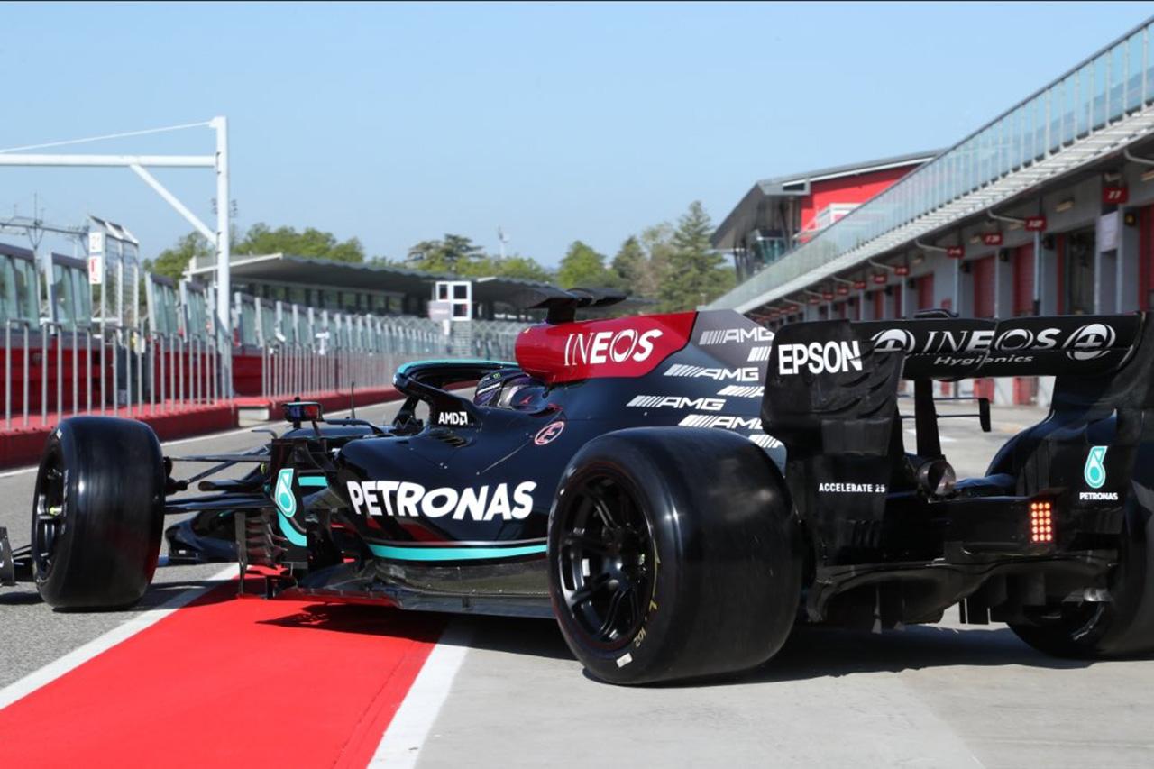 メルセデスF1のルイス・ハミルトン、ピレリの18インチのF1タイヤを初テスト