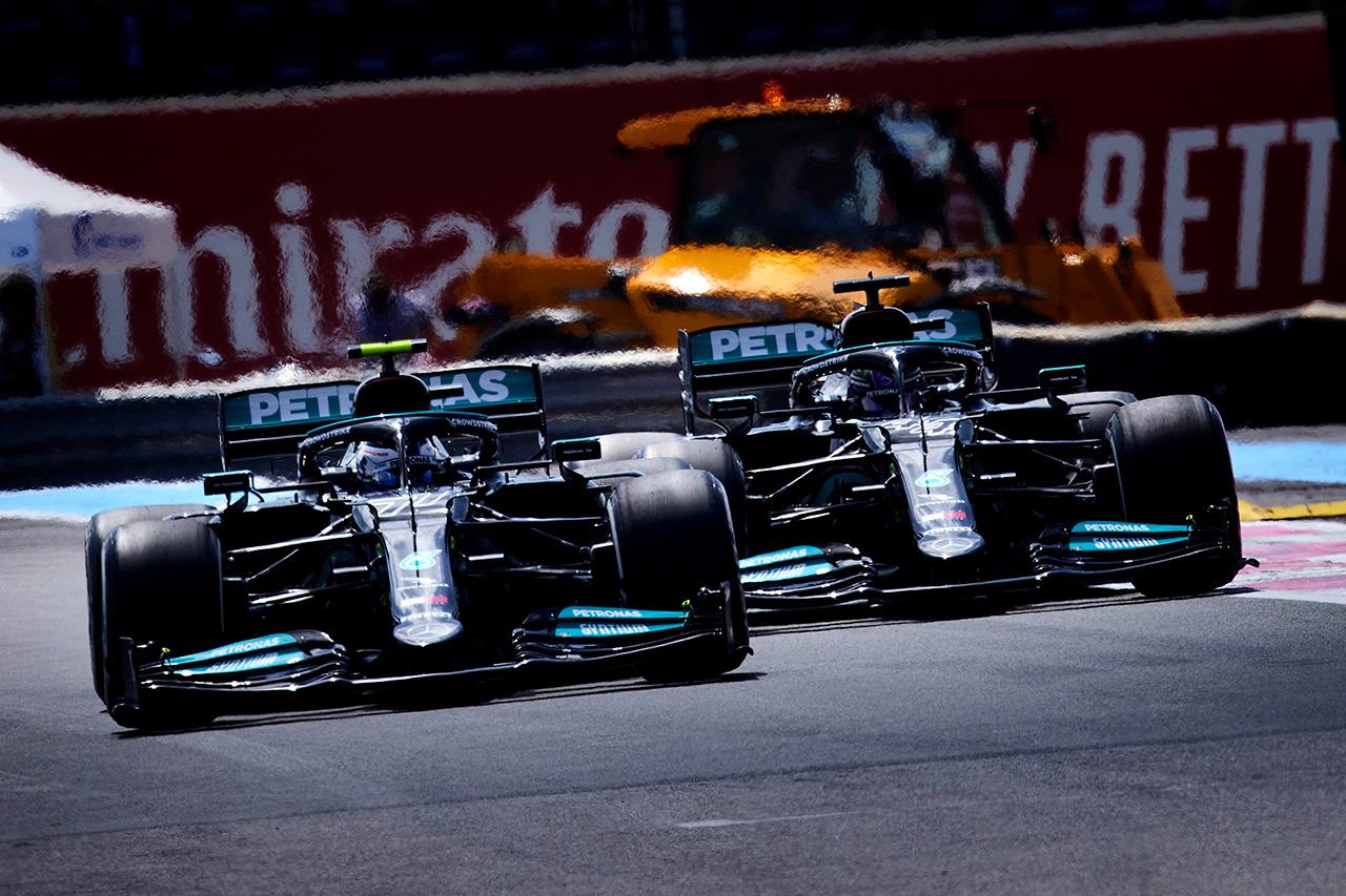 """メルセデスF1のルイス・ハミルトン、ボッタスとのシャシー交換に関する""""作り話""""を非難"""