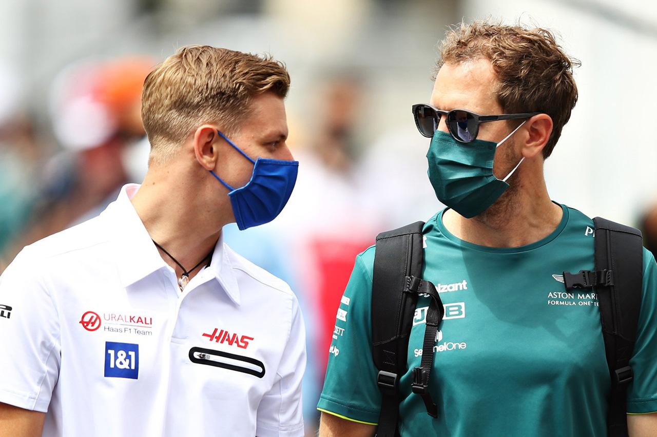 F1:セバスチャン・ベッテル、シートの問題に悩むミックに「母親に壊してもらえ」と助言