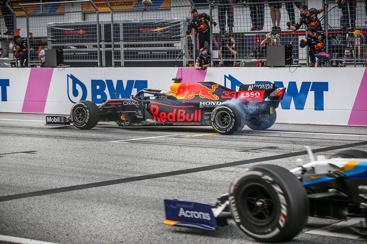 """F1:フェルスタッペンの祝勝""""バーンアウト""""に物言いをつけたFIAに非難の声"""