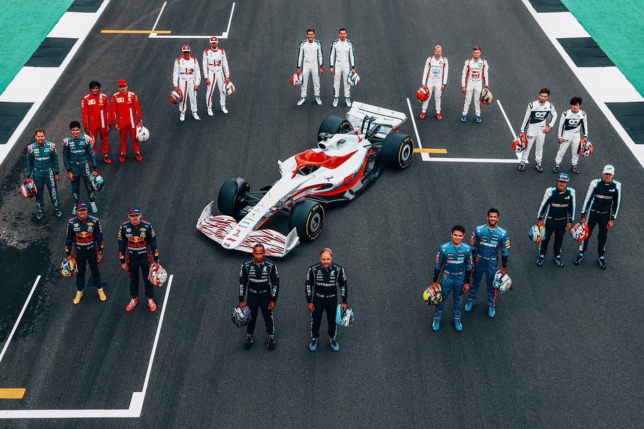 次世代F1マシンとF1ドライバーの集合写真