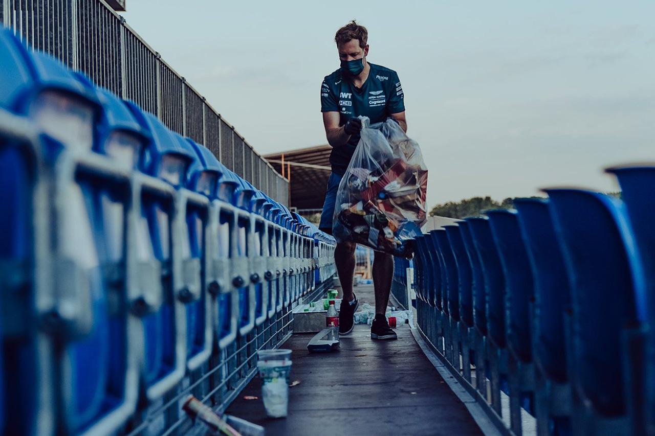 セバスチャン・ベッテル、F1イギリスGP後にグランドスタンドでゴミ拾い