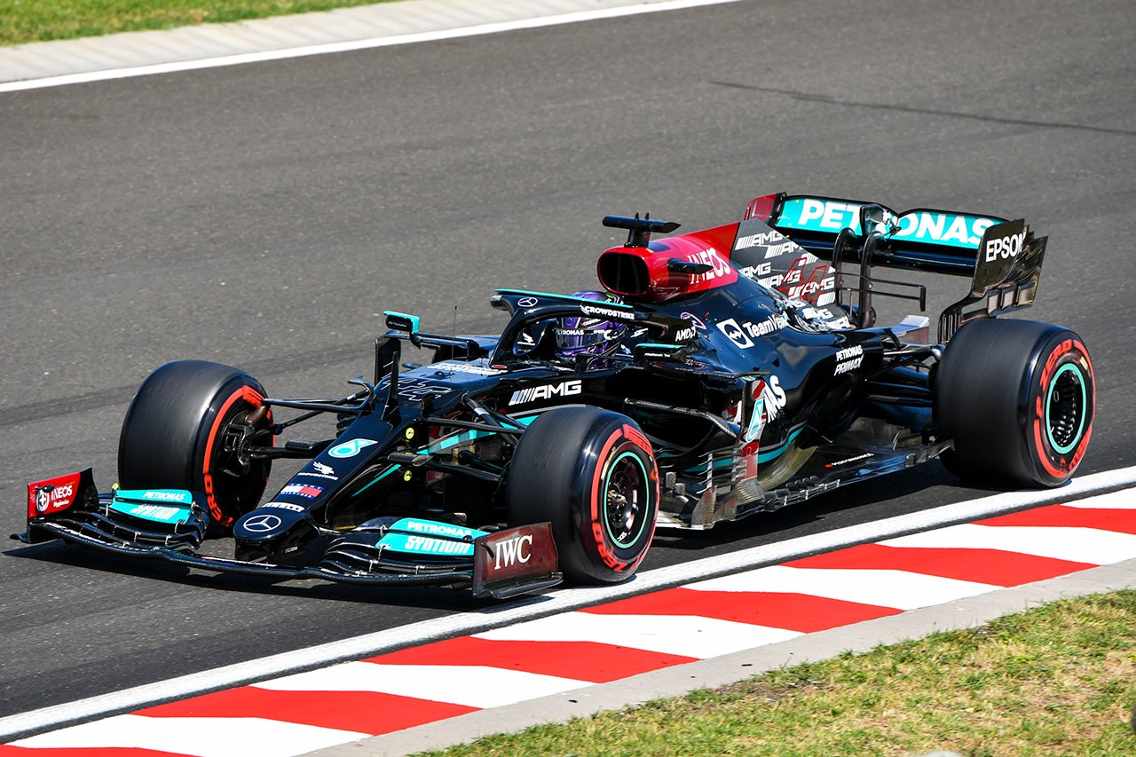 F1ハンガリーGP フリー走行3回目:メルセデスF1のハミルトンがトップ。0.088秒の僅差でフェルスタッペンが2番手