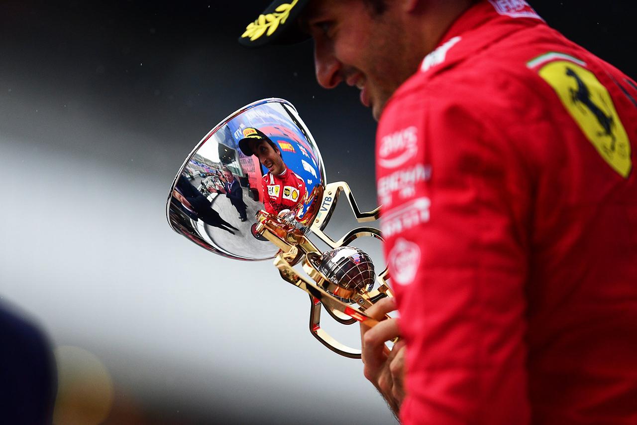 カルロス・サインツ 「早期ピットストップで表彰台は無理だと思った」 F1ロシアGP 決勝