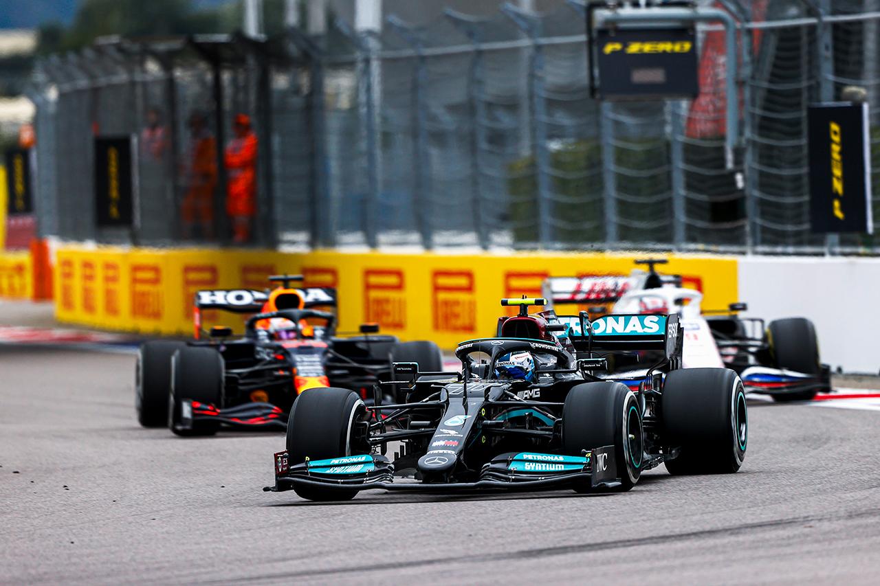 デイモン・ヒル、ボッタスの防御を酷評「フェルスタッペンに手を振っただけ」 F1ロシアGP