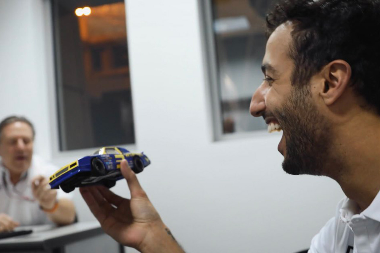 ダニエル・リカルド、F1アメリカGPでアーンハートのNASCARでデモ走行